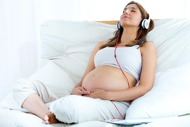 Gravid dame forbereder seg til fødsel med mental treningskurs